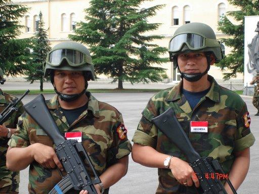 Soldati Indonesiani con AR 70/90.