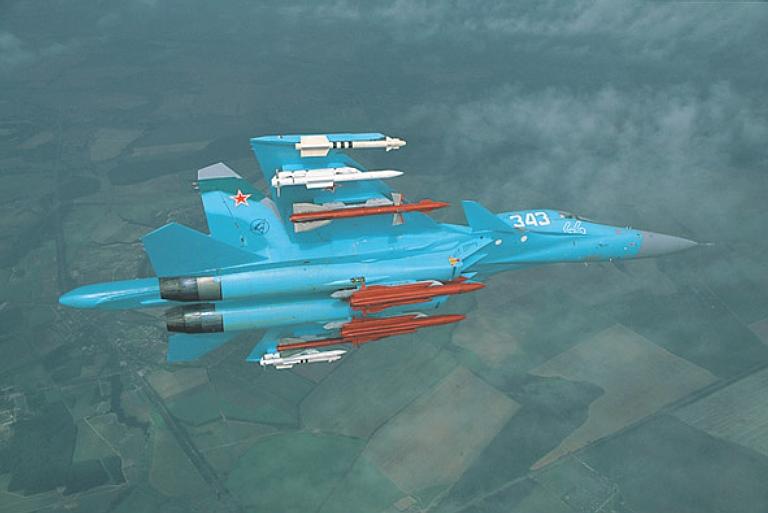 Su-32FN con carico. Il modello presenta la sigla 44 ed è l'unico Su-32 Fighter Naval esposto.
