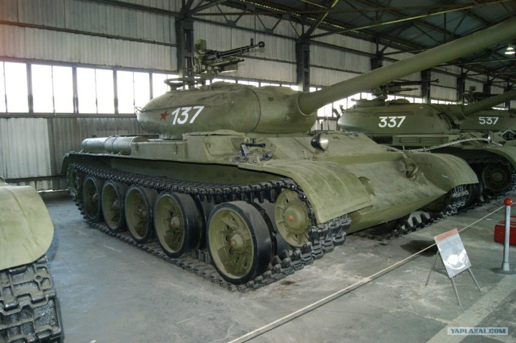T-54-1 in un museo. Si notano le mitragliatrici laterali sopra il treno di rotolamento e la torretta simile a quella del T-34/85.