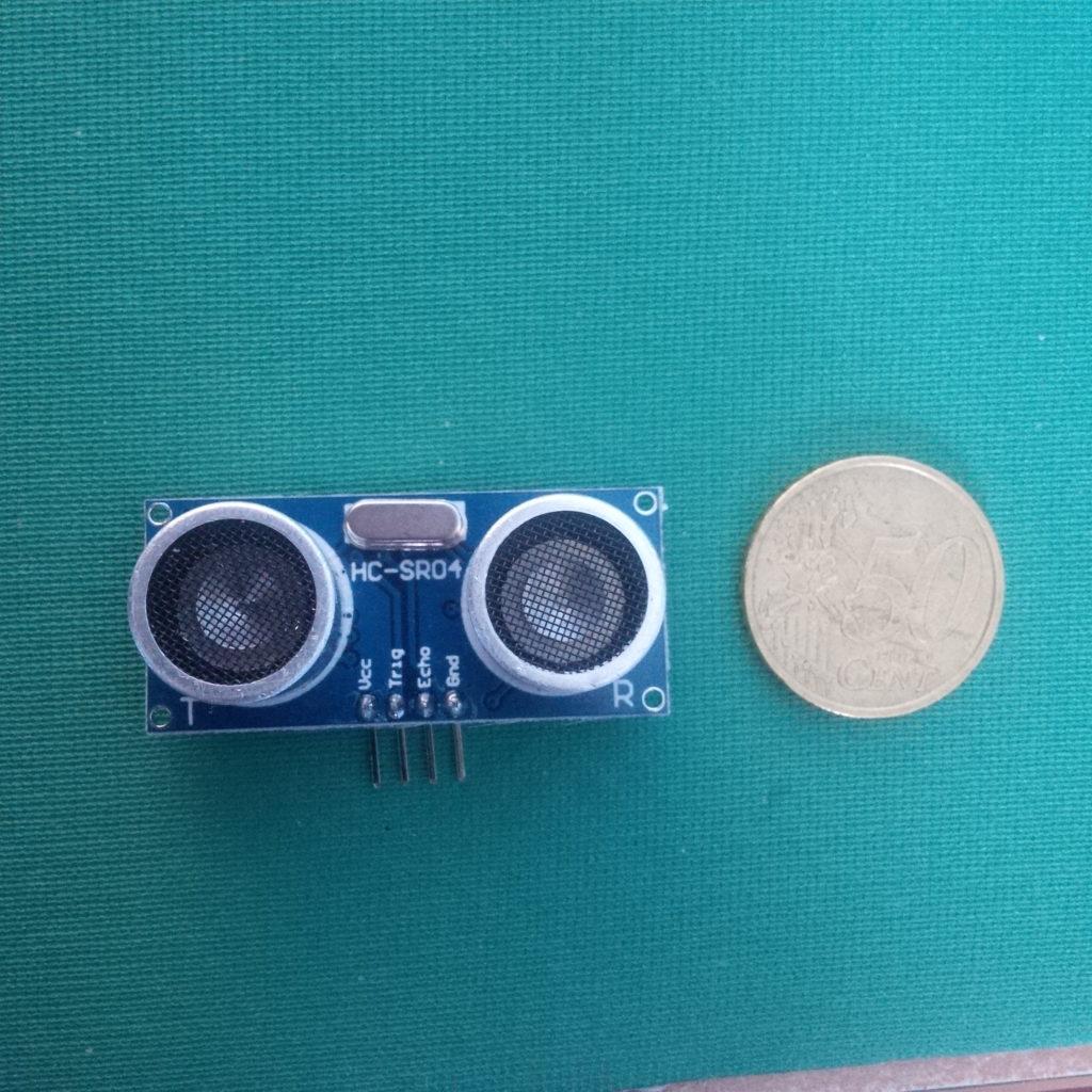 Sensore ultrasuoni HC SR04. È il più economico sensore disponibile in rete (costa pochi euro) e programmabile tramite Arduino.